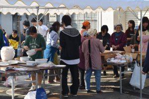 地域の方々と学生が美味しいお餅を提供