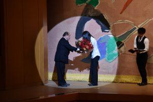 岡秀則同窓会長から吹奏楽部部長木上絵里菜さんへお祝いの花束贈呈